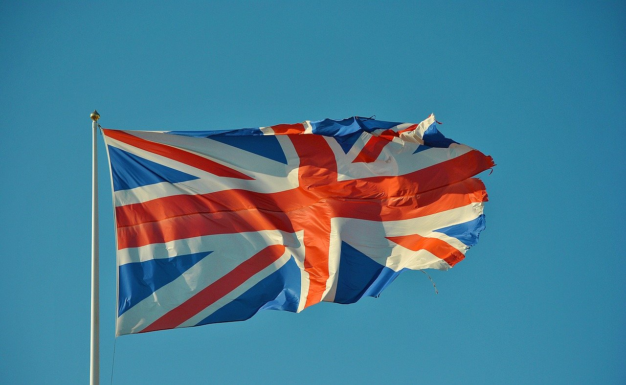 Britische Flagge vor blauem Himmel